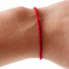 Разбираемся зачем люди носят красную нитку на запястье