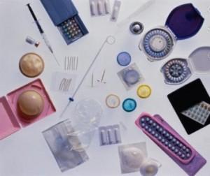 Самая эффективная контрацепция та, которая предотвращает незапланированную беременность. В последнее время, часто ставится вопрос о том, чтобы предохранение от беременности было не только женской прерогативой. И тем не менее мужская контрацепция на сегодняшний день не является распространенной. Средства контрацепции помогают предупредить беременность, но они должны соблюдать некоторые условия: - выполняя функцию защиты от беременности не оказывать на организм негативного влияния, которое может отразиться на здоровье женщины или будущем потомстве; - иметь временной фактор, т.е. эффективность препарата пропадает при прекращении его использования; - обладать высокой степенью надежности; - быть не сложным в применении. Наука ушла далеко вперед. В наше время медицина может предложить достаточно широкий выбор контрацепции. Опытный гинеколог подберет женщине тот препарат, который не будет оказывать на организм негативного влияния. В то же время, любая женщина должна знать плюсы и минусы основных методов защиты от нежелательной беременности, ведь ни один контрацептив не дает 100% гарантии. Хотя нет – один все-таки есть - полное отсутствие половой жизни. Если это не ваш вариант, то рассмотрим, что может предложить современная медицина в качестве эффективной контрацепции. Эффективная контрацепция. Выбери свой метод 1. Наиболее распространенный способ – прерванный акт, когда партнер не допускает извержения семени во влагалище. 2. Календарный метод, но он подходит далеко не всем. Женщина должна быть здоровой и иметь регулярные месячные в течение года. 3. Презерватив. Помимо защиты от незапланированной беременности, помогает избежать ряд заболеваний передающихся половым путем (сифилис, СПИД, гонорея и др.). 4. Внутриматочная спираль. Препятствует оплодотворению яйцеклетки. Вводится в матку женщины на срок от двух до пяти лет. 5. Оральные контрацептивы. У современных средств мало побочных эффектов. Подбираются индивидуально в зависимости от гормонального фона и имеющихся заболева
