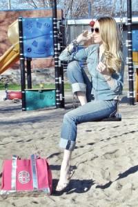 джинсы голубого цвета