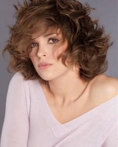 градуированные прически для волнистых волос средней длины