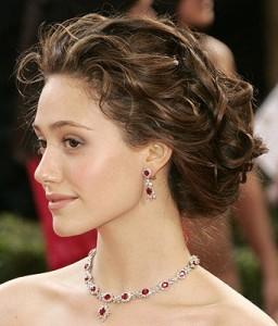 прическа для средних волнистых волос