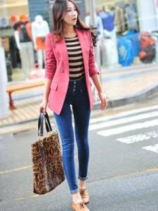 джинсы и коралловый пиджак
