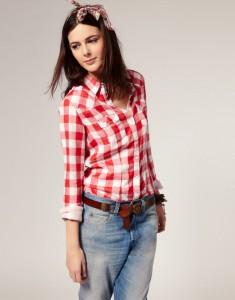 Клетчатая рубашка и джинсы