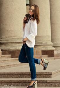 Что носить с синими джинсами