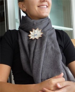 брошь на шарфе
