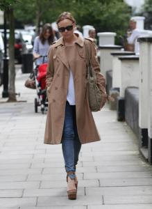 бежевое пальто и джинсы