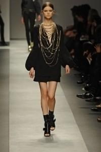 бусы и черное платье