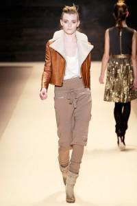 брюки коричневые с чем носить