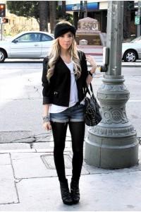 черные колготки и джинсовые шорты