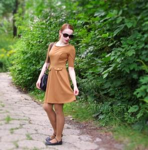 что носить с коричневым платьем