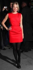 черные колготки и красное платье