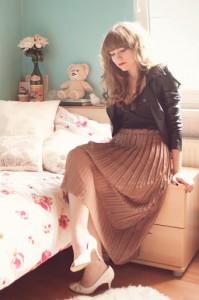 что носить с коричневой юбкой