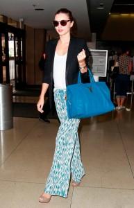 Что носить с синей сумкой