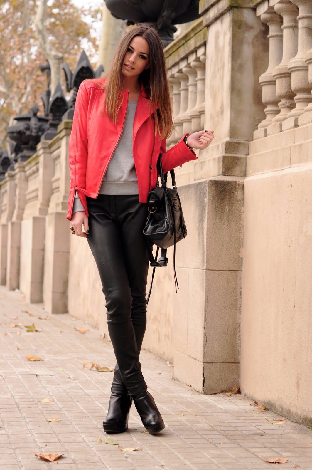 Красный жакет с черной юбкой