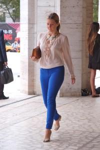 С чем носить синие брюки
