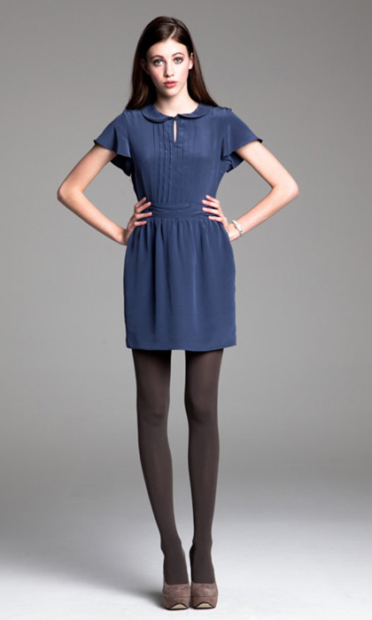 Голубое платье и черные туфли фото
