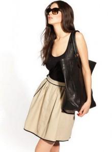 бежевая юбка с черным топом