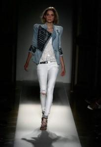 белые джинсы с ретро-пиджаком