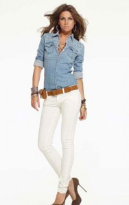 белые джинсы с рубашкой