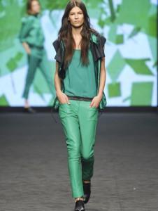 зеленые брюки в сочетании с зеленым