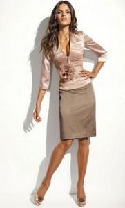 с чем носить женственную бежевую юбку