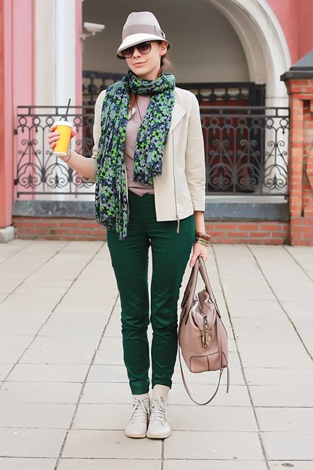 Зеленые брюки женские с чем носить