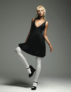 Черное платье и светлые колготки