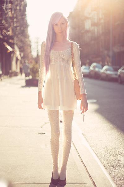 Каким цветом колготки одеть под белое платье
