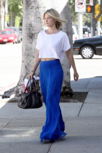 С чем носить юбку синего цвета
