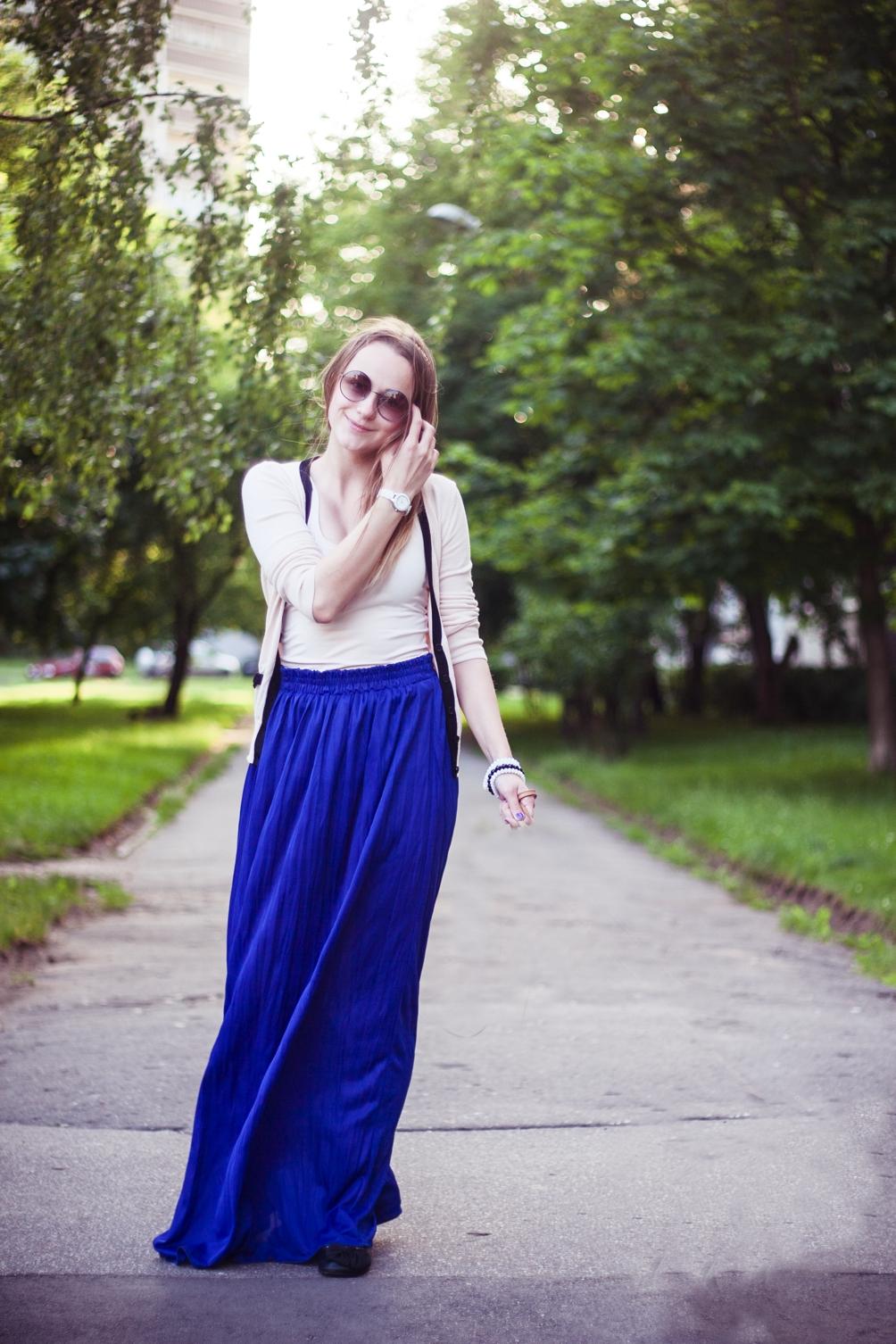 Ярко красные трусики под синей джинсовой юбкой 23 фотография