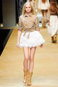 С чем носить короткую белую юбку