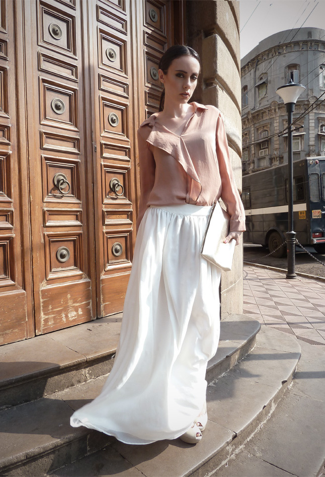 С чем носит длинную светлую юбку