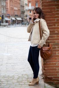 девушка стоит на коленках с приподнятой юбкой