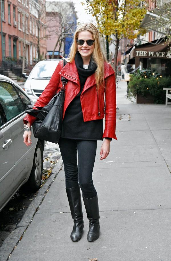 Красная женская куртка с чем носить