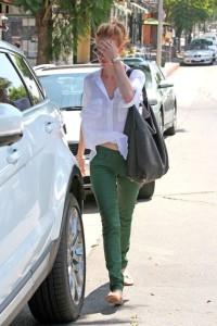 С чем носить зеленые джинсы фото