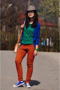 С чем одевать оранжевые джинсы