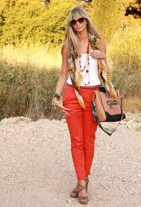 Брюки кирпичного цвета с чем носить