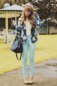 С чем носить голубые брюки фото