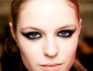 Как правильно накрасить глаза черными тенями