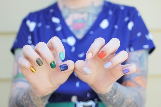 Как накрасить ногти разными цветами