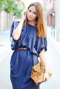 С чем сочетается синее платье