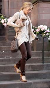 с чем носить джинсы коричневого цвета