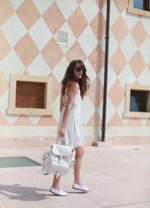 С чем носить белые мокасины