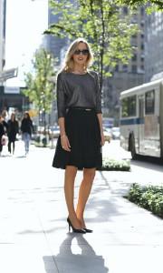 Для офисного варианта возможно сочетание юбки натуральных расцветок ( бежевой, черной, серой) с белой или телесной хлопковой блузой