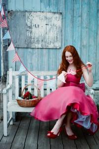 С чем носить малиновое платье