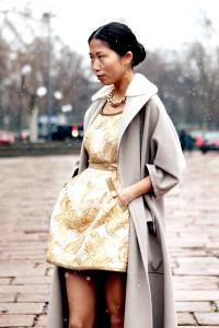с чем носить золотистое платье
