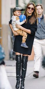 Как правильно носить ребенка на бедре