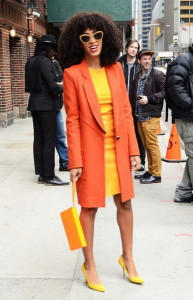 С чем носить оранжевое пальто