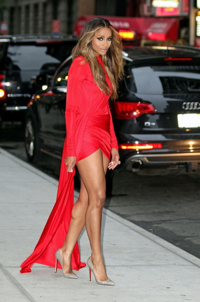Образы с красным коротким платьем