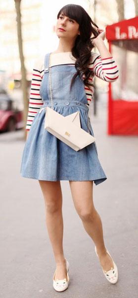 Сарафан на грубых шлейках из джинсовой ткани великолепно впишется в молодежный стиль. Сочетайте с яркими свитерами или топами. Попробуйте под него надеть